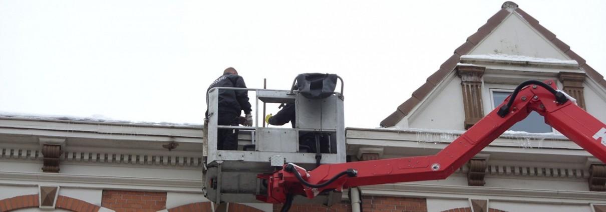 Die Dachdecker von Malü Bedachungen bei der Eisbeseitigung